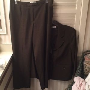 Jones of New York Studio size 16W green pantsuit